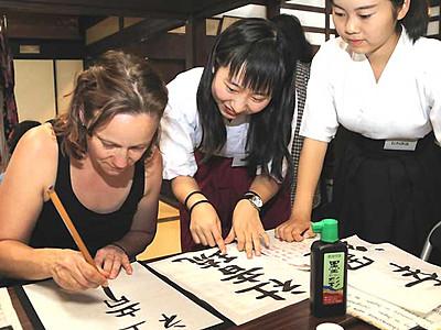 外国人旅行者に日本の文化を 松本の商店街でイベント