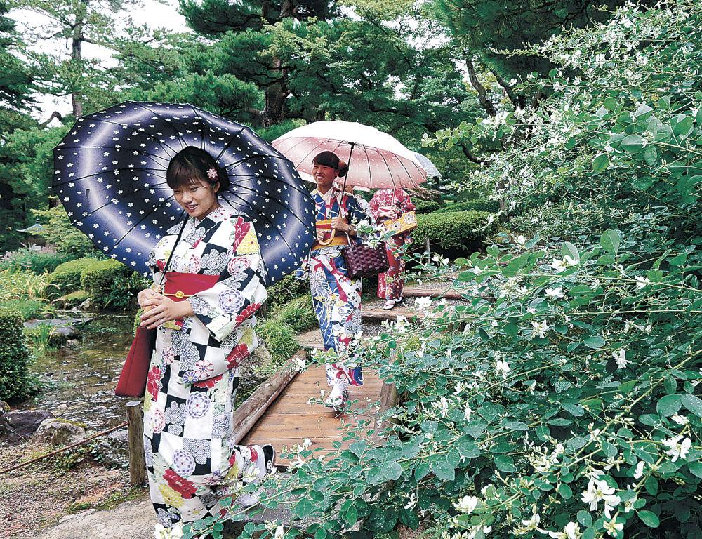 ハギの花が咲き始めた園内を散策する観光客=兼六園
