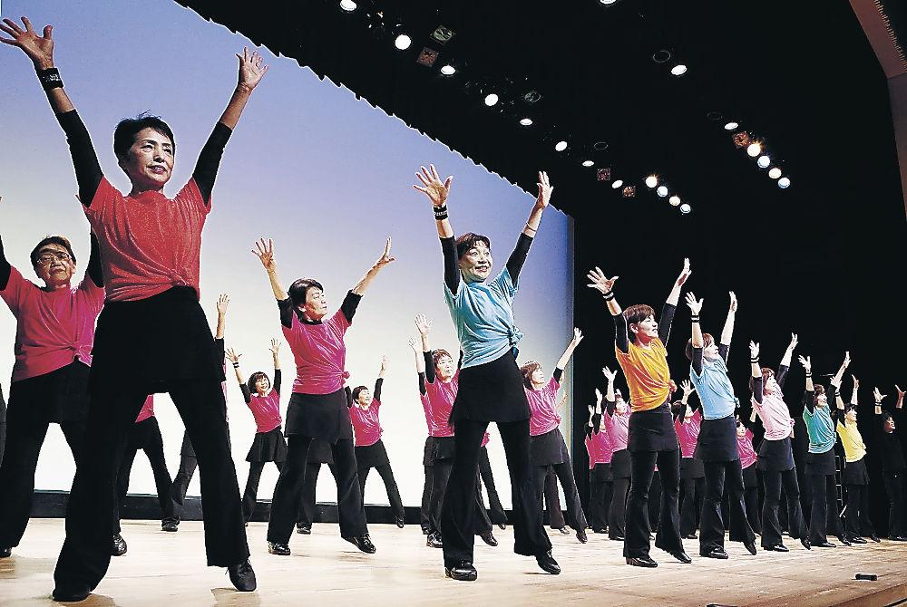 はつらつとしたダンスを披露する出演者=北國新聞赤羽ホール