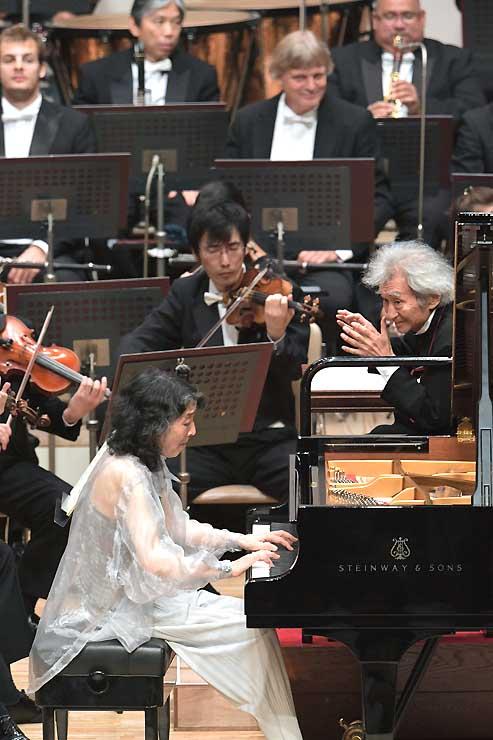 内田光子さん(手前)と協演する小澤征爾さん(右)。演奏後は拍手が鳴りやまなかった=8日、松本市のキッセイ文化ホール