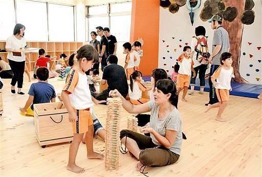「クライムウォール」などの遊具や木のおもちゃで遊べる「かみなりちゃんのおうち」=9日、福井県越前市高瀬2丁目