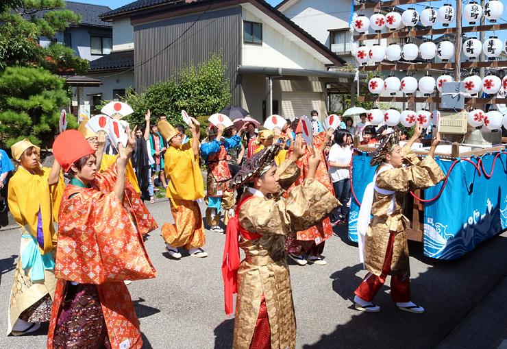 新調した衣装を着て踊る七福神役の青年団員=高岡市五十里東町