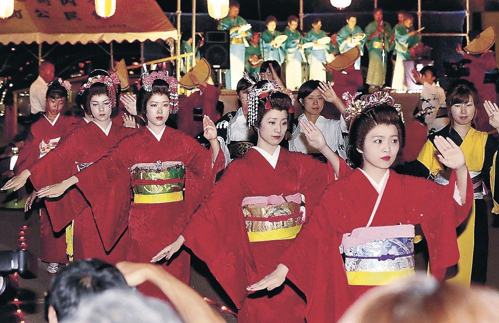 赤襦袢をまとい、つややかな踊りで魅了する踊り子=9日午後7時50分、小松市安宅町