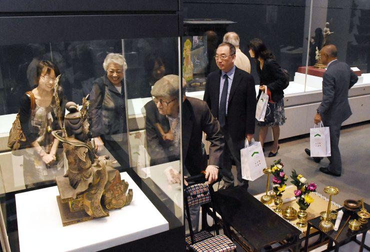 興福寺が収蔵する貴重な仏像などが展示された会場を巡る来場者=8日、新潟市秋葉区の市新津美術館