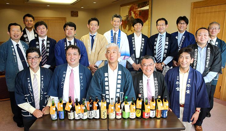 ひやおろしをPRする桝田会長(前列中央)ら県酒造組合のメンバー=北日本新聞社