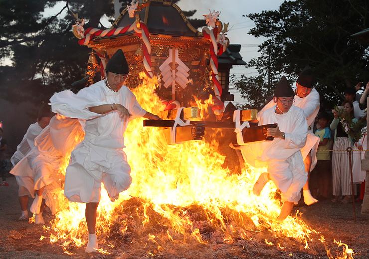 勇ましく炎の上を駆け抜ける神輿=櫛田神社