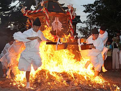 火渡り神事に歓声 射水・櫛田神社