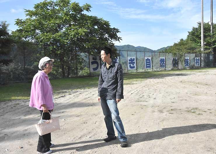 会場を下見する池田さん(右)と国分さん。「晴れてほしいね」