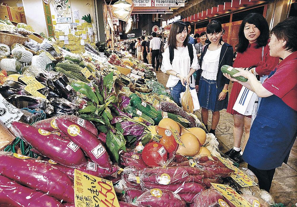 店頭にずらりと並んだ加賀野菜=近江町市場
