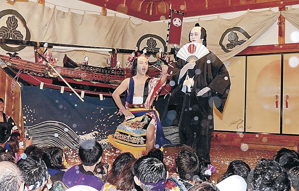 早船狂言を演じる艫取り役の岸田さん(左)と船頭役の大城さん=珠洲市蛸島町の高倉彦神社