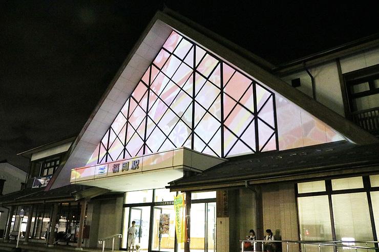 「福岡町つくりもんまつり」に向けて行ったプロジェクションマッピングのテスト投影=あいの風とやま鉄道福岡駅前