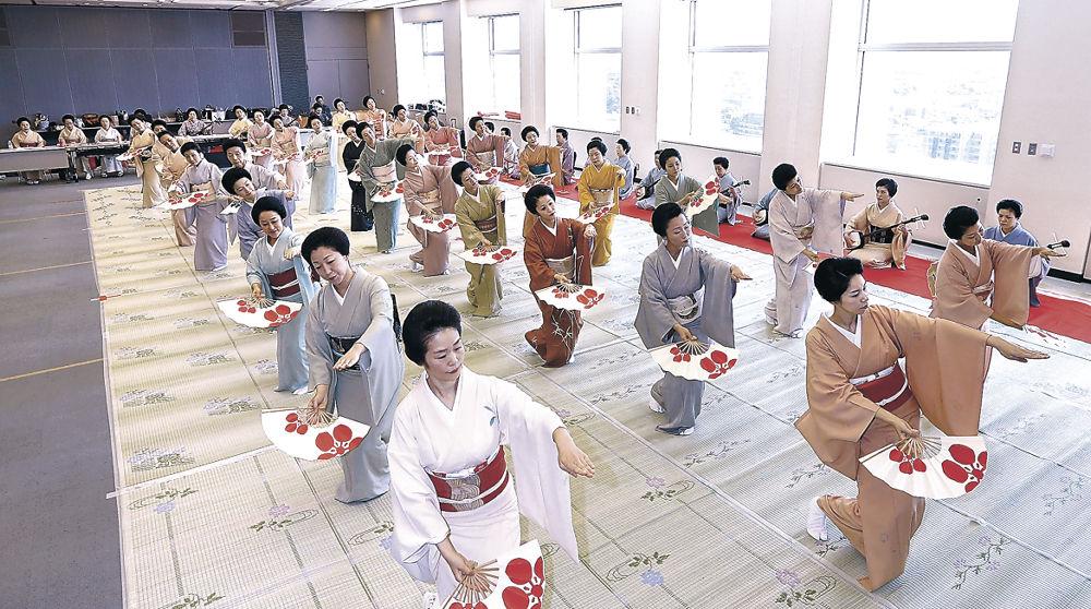 大和楽に合わせ、総おどり「金沢おどり」を仕上げる芸妓衆=北國新聞20階ホール