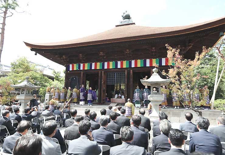 保存修理工事を終えた善光寺境内の重要文化財「経蔵」=13日、長野市