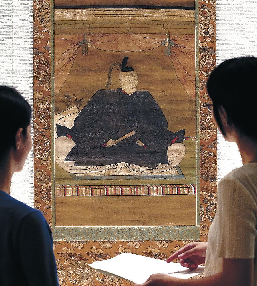 53年ぶりに石川県内で披露される利家の掛け軸=金沢市の石川県立歴史博物館