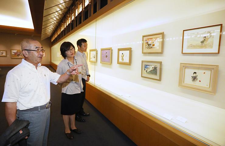 展示内容を確認する中島さん(左)と中川館長(中央)=県水墨美術館