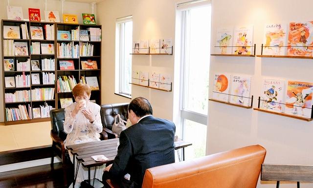 約500冊の絵本やカフェコーナーを備えた別館=15日、福井県越前市天王町