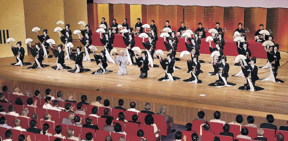 「金沢風雅」を華やかに舞う三茶屋街の芸妓衆=金沢市の石川県立音楽堂邦楽ホール