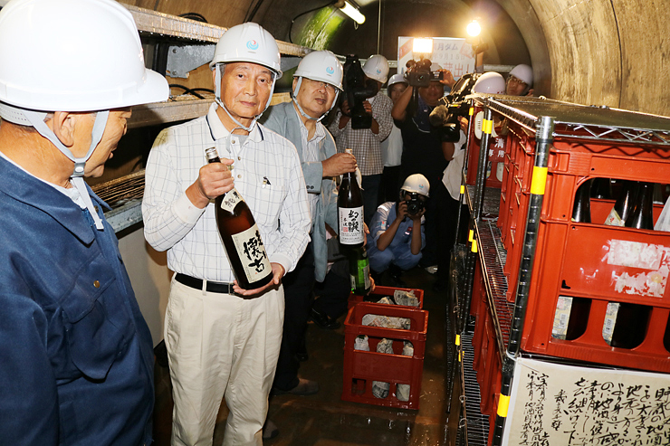 宇奈月ダム内に貯蔵されていた日本酒を運び出す参加者ら