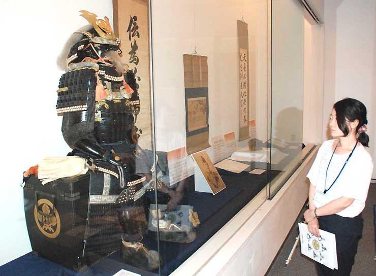 歴代高島藩主の甲冑や書などが並ぶ企画展