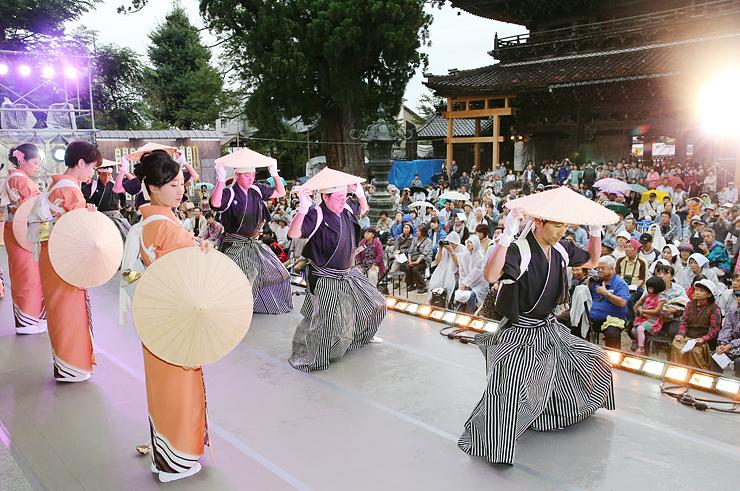 麦屋節の踊りを披露する野下町の踊り手=城端別院善徳寺(写真部・田中智大)