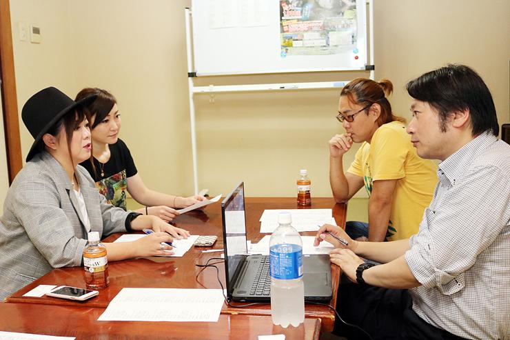 歌詞について話し合う中川委員長(手前右)と林道さん(同左)、小泉さん(奥右)