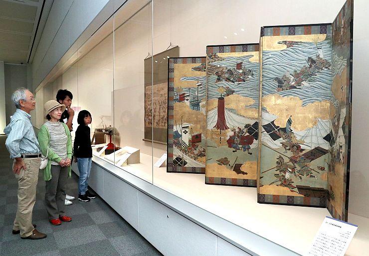 一騎打ちする上杉謙信と武田信玄を描いた絵画などが並ぶ企画展=16日、長岡市