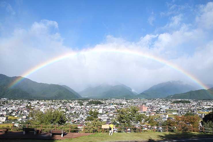 大町市の空に架かった虹=18日午前7時37分、大町公園