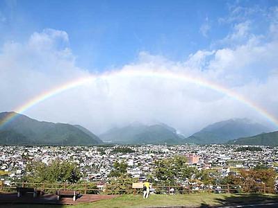 台風一過の空、七色のアーチ 大町市街地すっぽりと