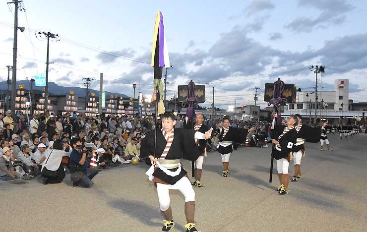 詰め掛けた大勢の観客の前で「大名行列」を披露する役者たち=山形県河北町