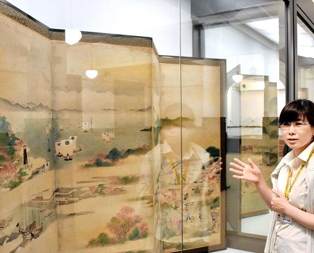 紅花を積んで敦賀湊に入る船を描いた屏風=敦賀市立博物館