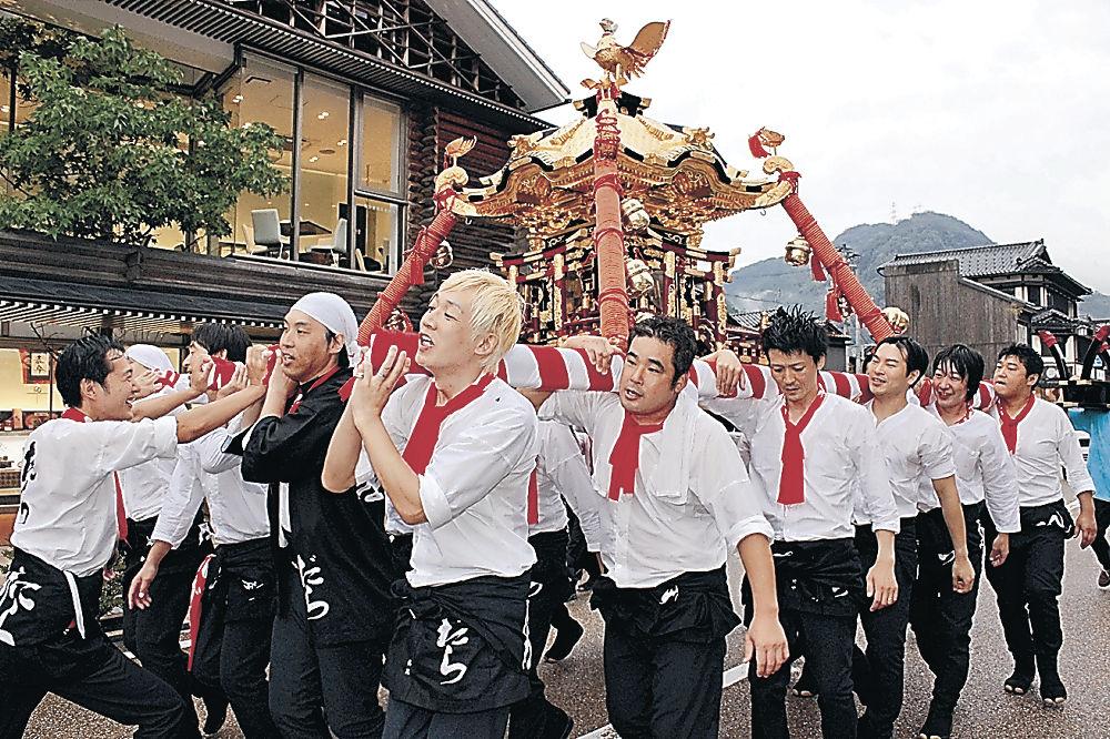 温泉街を練り歩く「だら渕座」のメンバー=加賀市山中温泉湯の出町