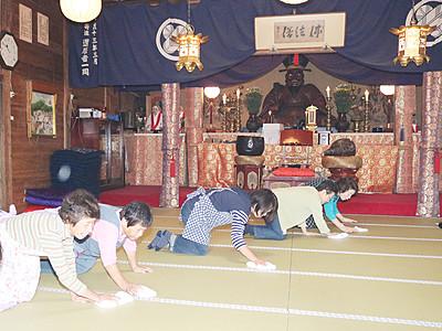 儀式の舞台きれいに 24日、芦峅寺で布橋灌頂会