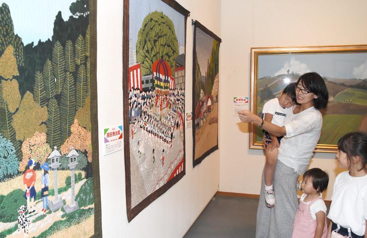 原田さんの絵画を再現したキルト作品が並ぶ会場