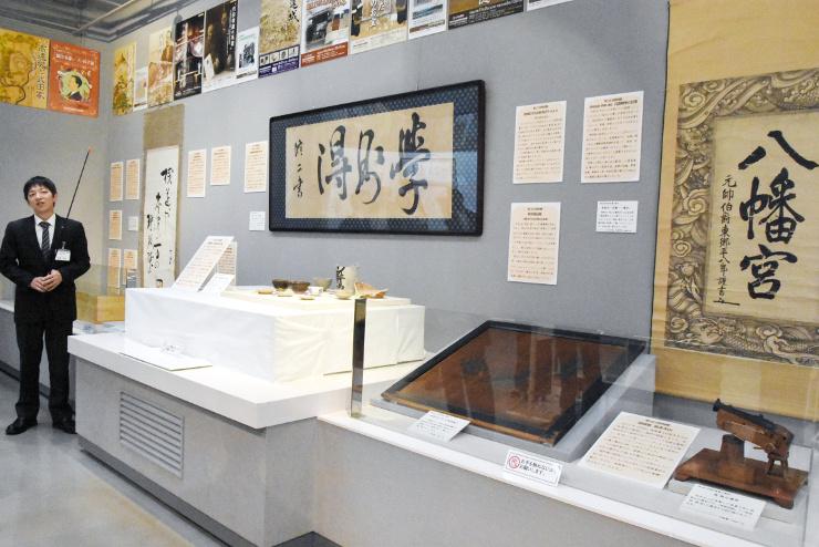 伊沢修二や東郷平八郎の書などが並ぶ展示コーナー