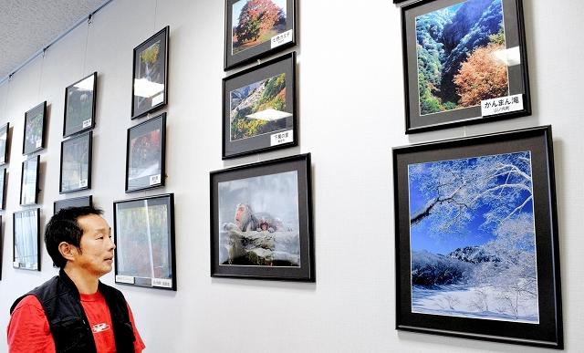 四季折々の長野県内の風景写真が並ぶ新井さんの個展=22日、福井市のアオッサ