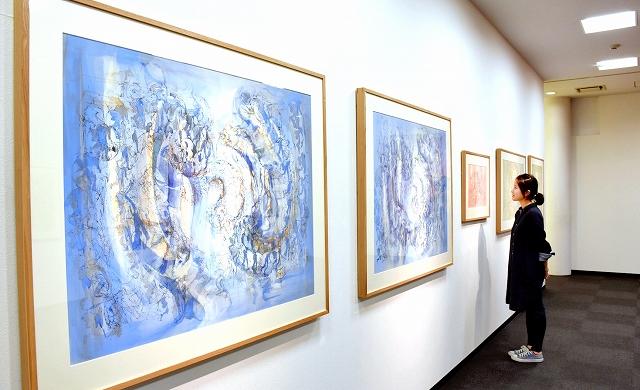細い線や優しい色合いで表現された宇佐美圭司さんの作品=21日、福井市問屋町3丁目のE&Cギャラリー
