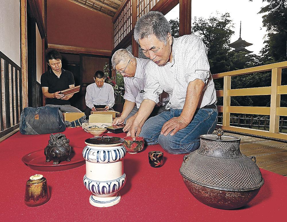 初代寒雉の茶釜など茶道具を準備する宮﨑さん=羽咋市の日蓮宗本山妙成寺