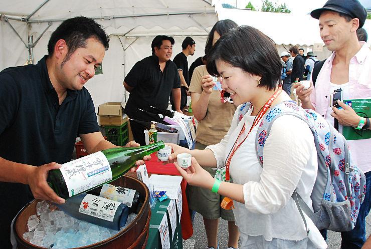 信州SOULで、日本酒の飲み比べを楽しむ人たち