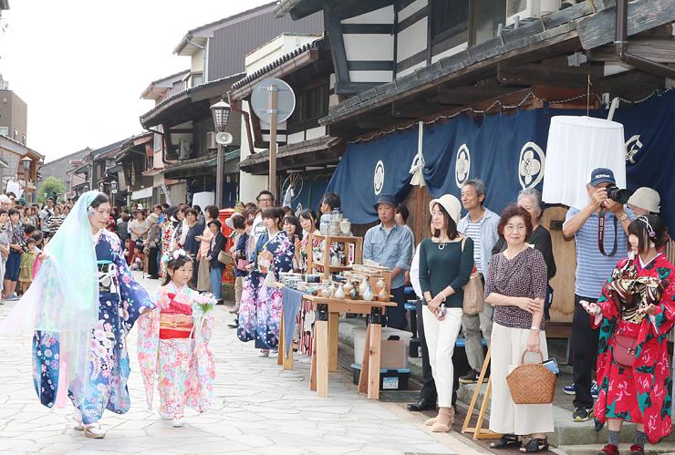 石畳通りを舞台にした着物のファッションショー