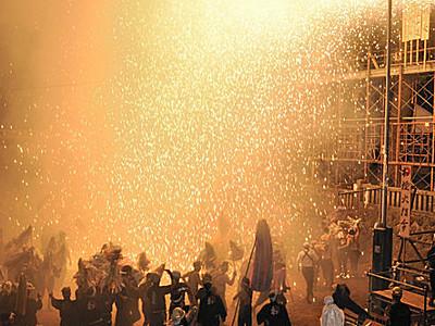 火の粉浴び、伝統つなぐ 駒ケ根の神社で筒花火