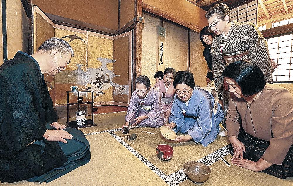 濃茶席で茶道具に見入る愛好者=羽咋市の日蓮宗本山妙成寺