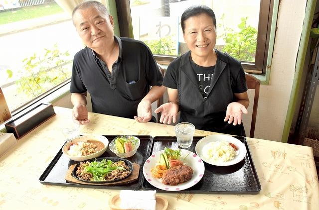 998円のやきにくすきやきセット(左)とハンバーグカツセット=福井市若杉3丁目の定食喫茶店「若樹」