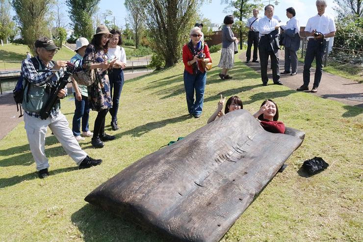 ふとんを模した彫刻の中に入って作品を体感する来場者=富岩運河環水公園