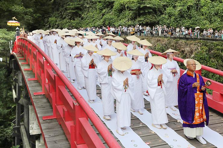 白装束に目隠しをして布橋を渡る女人衆=立山町芦峅寺
