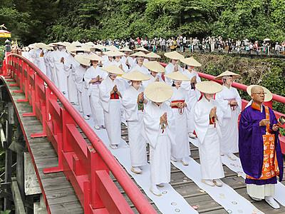女人衆厳かに橋渡り 立山で布橋灌頂会