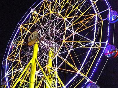 光る大観覧車と噴水が競演 武生中央公園ライトアップ