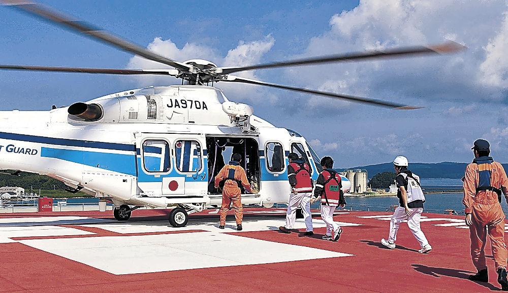 訓練でヘリに乗り込む医師や看護師=七尾市の恵寿総合病院屋上のヘリポート