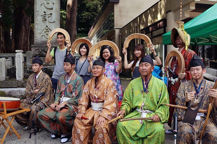 越中五箇山こきりこ唄保存会のメンバーと記念撮影するブロガーたち