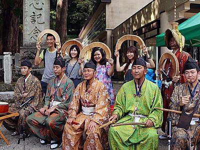 香港の人気ブロガー、こきりこ踊りを体験