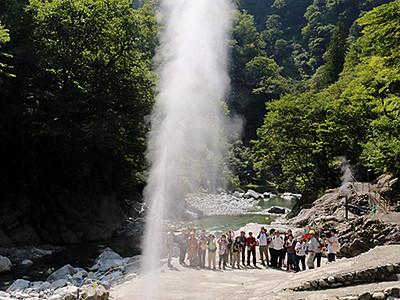 噴き出す温泉に歓声 宇奈月で源泉見学会